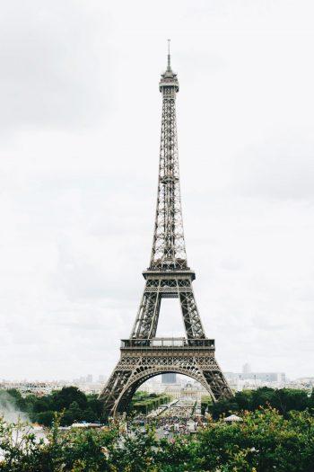 קריינות-בצרפתית-תמונת-רקע-של-מגדל-אייפל