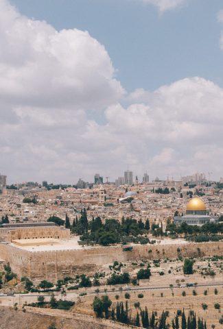 קריינו -בעברית - תמונת רקע של ירושלים