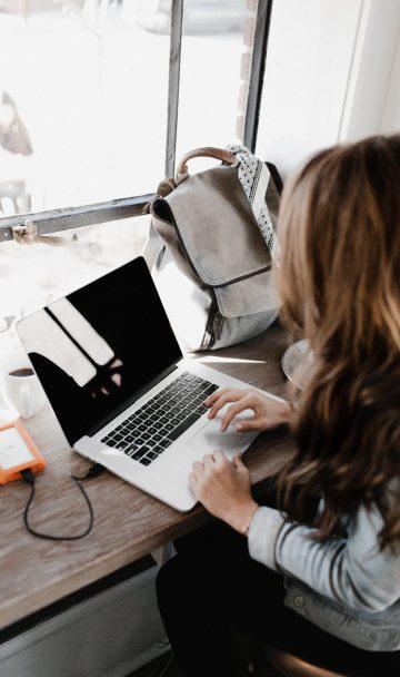 קריינות מקצועית לא-לרנינג - בחורה עובדת על מחשב נייד