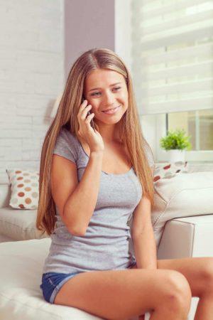 קריינות מקצועית למרכזייה - בחורה צעירה מדברת בטלפון