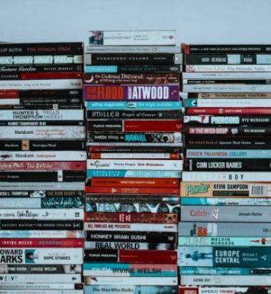 קריינות מקצועית לספרי שמע - ערימת ספרים