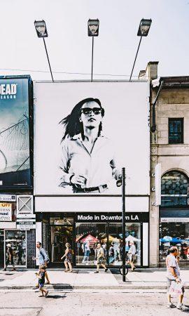 קריינות מקצועית לפרסומות - דוגמנית בשלט חוצות