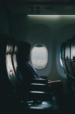 קריינות מקצועית למערכות כריזה במטוסים - אשה מביטה מתוך חלון במטוס