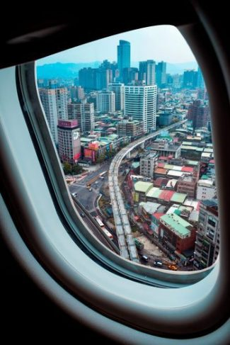 קריינות מקצועית למערכות כריזה במטוסים - מבט על עיר מחלון המטוס